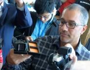 Rob Chandhok, presidente de Plataformas Interactivas de Qualcomm, muestra el sistema de carga inalámbrica del Toq y los auriculares