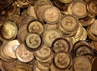 Bitcoin es una moneda virtual que en 2009 se creó por una persona o grupo desconocido que usa el nombre en clave de Satoshi Nakamoto