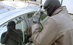 Mientras el senador Macías hacía fotocopias, un grupo de ladrones asaltó su vehículo para robar el ordenador y el iPad donde se recogían los documentos comprometidos.