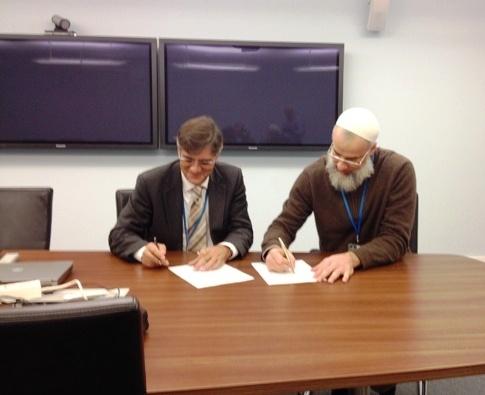 Los portavoces de Sirangon y Nanium firmando el nuevo acuerdo.