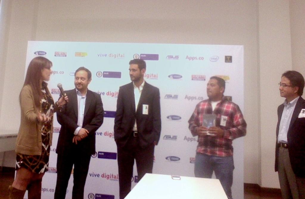 La viceministra TIC, María Cristina Hoyos, el representante de Intel, Carlos rebellón, el creador de Tappsi, Andrés Gutiérrez y el taxista premiado por Tappsi con un nuevo tablet de Asus.
