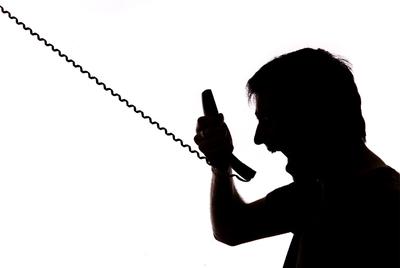 telefono enfadado operador