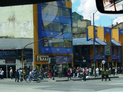 Este es el complejo comercial, ubicado en la avenida Jiménez con Caracas, para realizar la extinción de dominio de 66 locales donde se vendían celulares robados.
