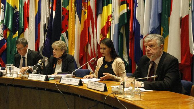 El informe Balance Preliminar de las Economías de América Latina y el Caribe 2014 fue presentado en conferencia de prensa en la CEPAL por su Secretaria Ejecutiva, Alicia Bárcena (al centro).