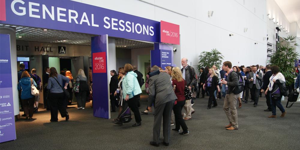 Visitantes llegando a la sesión general
