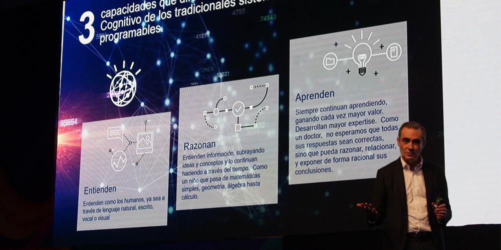 Salvador Martínez señalando las tres claves del Cómputo Cognitivo.