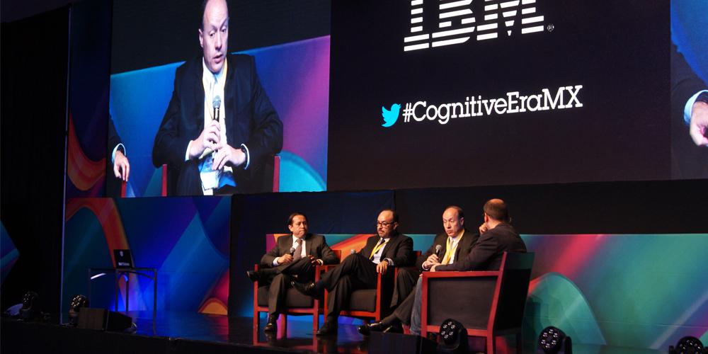 De izquierda a derecha, representantes de las empresas El Universal, PLM y Banorte junto a David Ruiz.