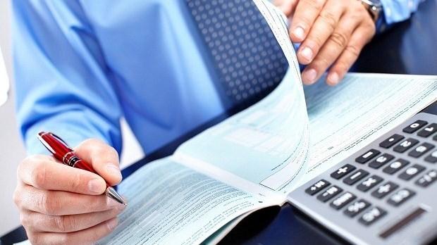 Esta decisión de adoptar las Normas Internacionales de Información financiera se manifiesta en la Ley 1314 de 2009, desde el 1 de enero de 2013 varias empresas de Colombia han tenido que presentar sus informes haciendo uso de dichas normas.