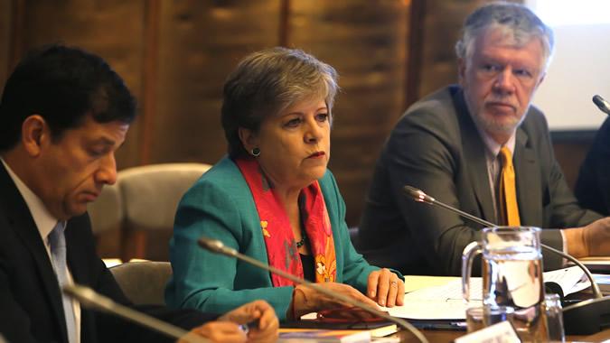 La Secretaria Ejecutiva de la CEPAL, Alicia Bárcena (al centro), inauguró el XXIX Seminario Regional de Política Fiscal en la sede del organismo en Santiago, Chile. La acompañan Alejandro Micco, Subsecretario de Hacienda de Chile (izquierda), y Antonio Prado, Secretario Ejecutivo Adjunto de la CEPAL.