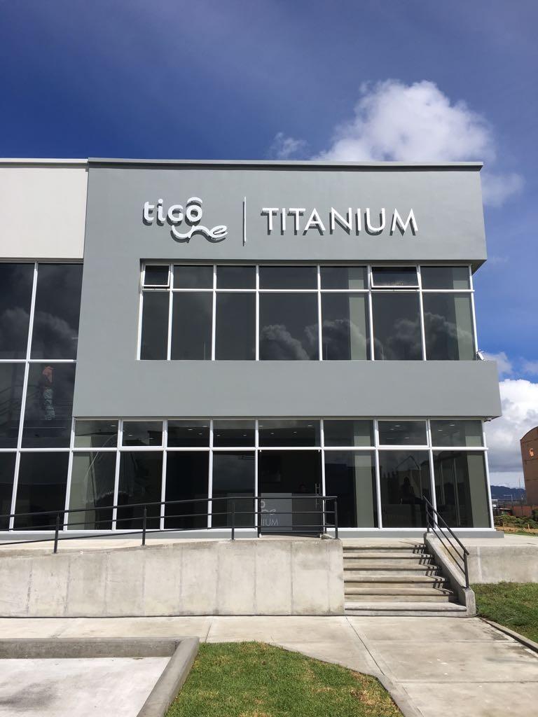Tigo Une Titanium
