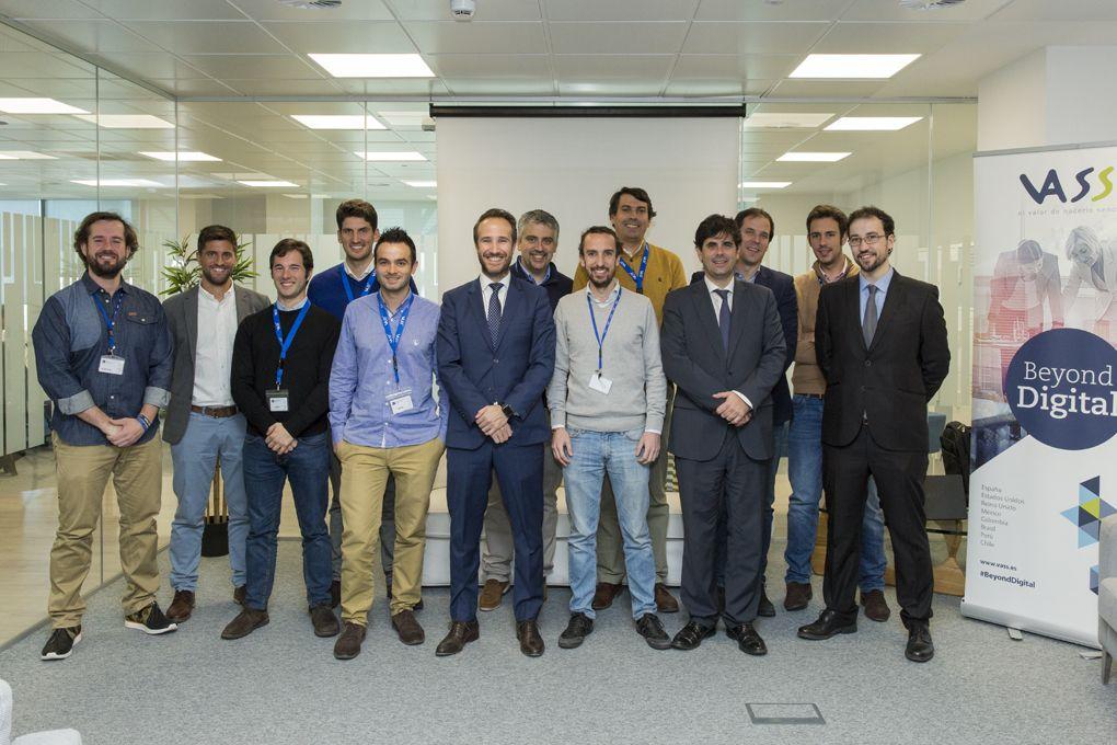 Vass se reíune con emprendedores en Alcobendas, Madrid.